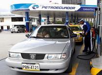 Imagen de archivo de una gasolinera de Petroecuador en Quito, 2 de abril de 2012. Petroecuador lanzó una oferta para comprar hasta 30 millones de barriles de crudo de 28 grados API de densidad y menos de un 1 por ciento de azufre a ser entregados en el lapso de un año, dijeron operadores el miércoles. REUTERS/Gary Granja