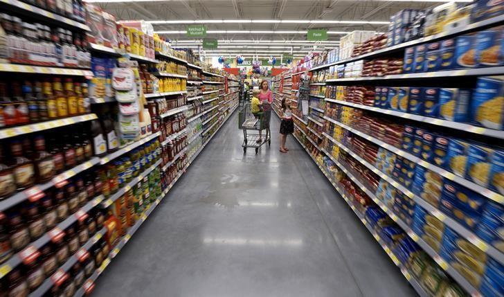 A family shops at the Wal-Mart Neighborhood Market in Bentonville, Arkansas, June 4, 2015.   REUTERS/Rick Wilking
