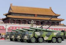 Машины с баллистическими ракетами DF-15B на параде в Пекине 3 сентября 2015 года. Китай сократит армию на 300.000 человек, сообщил председатель Си Цзиньпин, выступив в четверг на призванном подчеркнуть мощь вооруженных сил параде, который проигнорировали лидеры Запада. REUTERS/Jason Lee