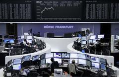 Les Bourses européennes évoluent dans le vert jeudi à mi-séance dans l'attente des conclusions de la réunion du conseil des gouverneurs de la Banque centrale européenne (BCE) et de la conférence de presse de son président, Mario Draghi,.Vers 13h00, l'indice CAC 40 avançait de 1,32% à Paris, le Dax gagnait 1,64% à Francfort et le FTSE prenait 1,51% à Londres. /Photo prise le 3 septembre 2015/REUTERS