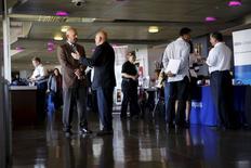 Personas buscando trabajo y reclutadores se juntan en una feria de empleos del Ejército, en San Francisco, California, 25 de agosto de 2015. El número de estadounidenses que presentaron nuevas solicitudes de subsidios por desempleo creció más de lo esperado la semana pasada, aunque la tendencia subyacente siguió consistente con un fortalecimiento del mercado laboral. REUTERS/Robert Galbraith