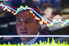 Un operador trabajando en la Bolsa de Nueva York, 1 de septiembre de 2015. En tiempos más tranquilos, el informe de empleo de Estados Unidos, que se conocerá el viernes, sería la última y principal señal antes de que la Reserva Federal decida si sube las tasas de interés este mes por vez primera en casi una década. REUTERS/Lucas Jackson