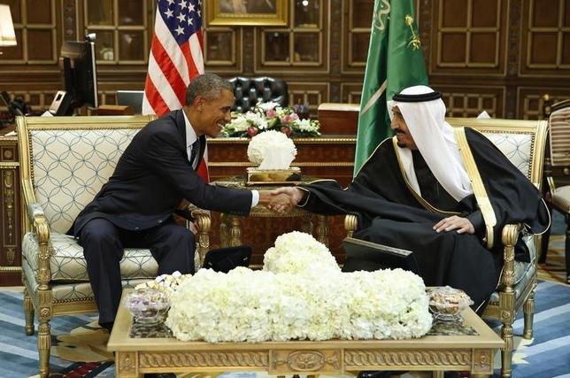 U.S. President Barack Obama (L) shakes hands with Saudi Arabia's King Salman at the start of a bilateral meeting at Erga Palace in Riyadh January 27, 2015. REUTERS/Jim Bourg