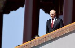 Владимир Путин на площади Тяньаньмэнь во время военного парада. Пекин, 3 сентября 2015 года. Президент России Владимир Путин призвал к созданию международной коалиции для борьбы с исламским экстремизмом и сообщил, что говорил об этом с президентом США Бараком Обамой. REUTERS/cnsphoto