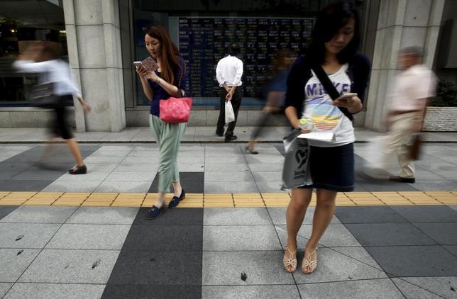 9月4日、前週の日本株式市場で、過去最大規模の攻防戦が繰り広げられていた。世界株安が連鎖する中で、海外勢が大量の売りを出す一方、国内の個人投資家や「公的資金」が買い支える対抗図だ。都内で撮影(2015年 ロイター/Yuya Shino)