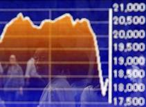 Прохожий отражается в электронном табло пункта обмена валюты в Токио 27 августа 2015 года. Азиатские фондовые рынки снизились в пятницу и за неделю из-за опасений за китайскую экономику и в ожидании данных о состоянии рынка труда США.  REUTERS/Yuya Shino