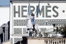 Le titre Hermès accuse une perte de 3,42% à la Bourse de Paris à la mi-séance, plombé comme d'autres valeurs du luxe par des anticipations d'avertissements sur résultats de la part de grands acteurs du secteur en raison du ralentissement de l'économie chinoise. L'indice CAC 40 de son côté abandonne 2,03% à 4.559,13 points vers 13h15. /Photo d'archives/REUTERS/Charles Platiau