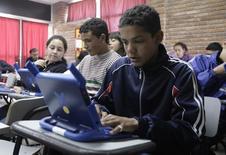 Alunos usando computadores durante aula em Casabo, no Uruguai.  06/10/2010    REUTERS/Andres Stapff