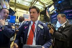 Operadores trabajando en la Bolsa de Nueva York, 3 de septiembre de 2015. Wall Street operaba con bajas el viernes, mientras los inversores evaluaban un esperado reporte de empleo de Estados Unidos de agosto, que arrojó una creación de puestos de trabajo menor a la prevista, aunque la tasa de desocupación cayó a su menor nivel en más de siete años. REUTERS/Lucas Jackson