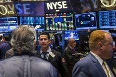 Operadores trabajan en la Bolsa de Nueva York poco después de la apertura de los negocios el 3 de septiembre del 2015. A pesar de la brutal corriente vendedora de activos financieros de la semana pasada y de que la volatilidad alcanzó niveles que no se veían desde la crisis financiera de 2008-2009, las predicciones de una falla sistémica en los mercados se han mostrado hasta ahora apresuradas.  REUTERS/Lucas Jackson