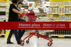 Le distributeur britannique Tesco a annoncé un accord sur la vente de sa filiale sud-coréenne Homeplus à un groupe d'investisseurs emmené par MBK Partners pour quatre milliards de livres (5,5 milliards d'euros). /Photo prise le 24 août 2015/REUTERS/Kim Hong-Ji