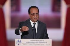 """L'économie française croîtra cette année """"sûrement"""" d'un peu plus de 1%, a déclaré François Hollande, annonçant que la prévision pour 2016 serait maintenue à 1,5%. /Photo prise le 7 septembre 2015/REUTERS/Charles Platiau"""