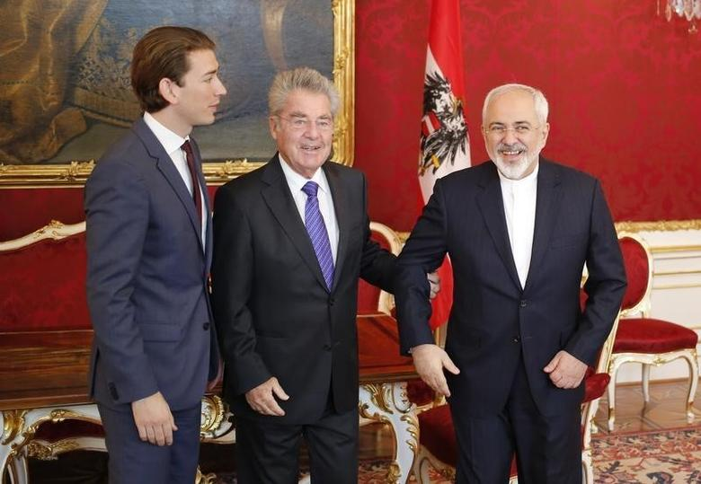 Austria's President Heinz Fischer (C) and Foreign Minister Sebastian Kurz (L) welcome Iranian Foreign Minister Javad Zarif  for a bilateral meeting in Hofburg Palace in Vienna, Austria, July 3, 2015.   REUTERS/Leonhard Foeger