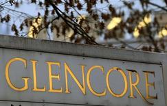 El logo de Glencore delante de la sede de la empresa en la ciudad suiza de Baar, 20 de noviembre de 2012. La minera y operadora de materias primas Glencore anunció el lunes que suspenderá dividendos, venderá activos y recaudará 2.500 millones de dólares en una nueva emisión de acciones, como parte de un plan para reducir su deuda en un tercio a 20.000 millones de dólares para fines del próximo año. REUTERS/Arnd Wiegmann