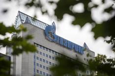 Вид на штаб-квартиру Газпрома в Москве 26 июня 2015 года. Поставщики труб для подводной части нового трансбалтийского газопровода Северный поток-2 могут быть выбраны в январе 2016 года, и российские трубники готовятся отправлять коммерческие предложения газовой монополии в четвертом квартале этого года, сообщили участники рынка в понедельник. REUTERS/Sergei Karpukhin