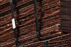 Imagen de archivo de un cargamento de cátodos de cobre en la mina Chuquicamata en el norte de Chile, abr 1, 2011. El cobre subió el lunes, luego de que la minera y comercializadora de materias primas Glencore anunció sus planes de cerrar minas que están generando pérdidas a fin de ayudar a reducir un exceso de suministros que ha presionado los precios.  REUTERS/Ivan Alvarado
