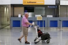Lufthansa a annulé un peu moins de la moitié de ses vols long-courriers prévus mardi en raison d'une grève du syndicat des pilotes Vereinigung Cockpit (VC), en conflit avec la direction de la compagnie aérienne sur les salaires, les retraites et les réductions de coûts. Il s'agit du 13e mouvement de grève en 18 mois. /Photo prise le 8 juillet 2015/REUTERS/Jean-Paul Pélissier
