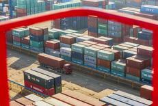 Las exportaciones chinas cayeron menos que lo esperado en agosto, pero un declive más pronunciado de las importaciones sugiere una debilidad económica en curso, lo que aumenta la inquietud sobre la salud de la segunda mayor economía del mundo que ha agitado a los mercados globales. En la imagen contenedores de carga en el puerto de Lianyungang, en la provincia china de Jiangsu, el 23 de enero de 2015. REUTERS/China Daily