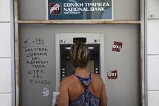 Les créances douteuses des banques grecques représenteraient environ 45% de leurs portefeuilles de prêts après avoir atteint un pic en juillet à la suite du contrôle des capitaux imposé par le gouvernement, /Photo prise le 15 juillet 2015/REUTERS/Yiannis Kourtoglou