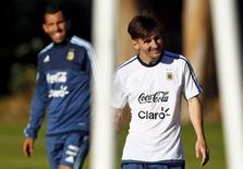 Jogadores da Argentina Lionel Messi e Carlos Tevez em treino da equipe. 09/06/2015 REUTERS/Marcos Brindicci