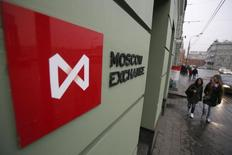 Люди проходят мимо здания Московской биржи 7 ноября 2014 года. Московская биржа возобновила торги на всех рынках после почти двухчасового перерыва, вызванного техническим сбоем. REUTERS/Maxim Shemetov