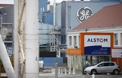 Los logos de General Electric y Alstom en el sitio de sus compañías en Belfort, 27 de abril de 2014. La estadounidense General Electric obtuvo el martes la autorización del ente antimonopolio de la Unión Europea para comprar la unidad de energía de Alstom, la mayor adquisición de su historia, después de acordar vender parte de los activos de la compañía francesa a Ansaldo Energia. REUTERS/Vincent Kessler