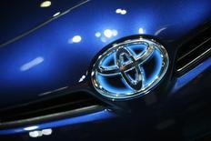 Toyota Motor compte lancer au Japon en fin d'année une nouvelle version de sa voiture hybride Prius, d'autres pays étant prévus ensuite. Le nouveau véhicule sera équipé de moteurs et de batteries plus petits et plus légers et consommera au minimum 10% d'essence en moins, a dit le constructeur japonais, sans préciser l'autonomie du véhicule. /Photo d'archives/REUTERS/Lucy Nicholson