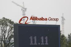 Логотип Alibaba Group в Ханчжоу. 11 ноября 2014 года. Китайский гигант электронной коммерции Alibaba Group Holding Ltd ожидает, что общий объем трансакций во втором квартале будет меньше, чем планировалось ранее, а рост доходов площадки для международной торговли AliExpress может замедлиться до 11-13 процентов из-за падения таких валют, как рубль. REUTERS/Aly Song