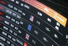 Экран с курсами валют на фондовой бирже в Мехико. 24 августа 2015 года. Первый всеобъемлющий мировой кодекс, регулирующий пострадавший от скандалов валютный рынок, вступит в силу в мае 2017 года, сообщили в среду представители центробанков. REUTERS/Edgard Garrido