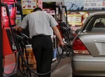 Un trabajador en una gasolinera de Tokio, ago 26 2015. Los precios del crudo cayeron el miércoles casi un 4 por ciento, presionados por un sobreabastecimiento del mercado y preocupaciones de que la demanda pueda verse afectada por la ralentización del crecimiento económico.   REUTERS/Toru Hanai