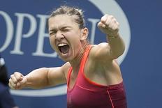 Romena Simona Halep comemora vitória sobre Victoria Azarenka, de Belarus, em partida pelo Aberto dos Estados Unidos, em Nova York, nesta quarta-feira. 09/09/2015 REUTERS/Carlo Allegri