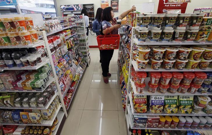 图为北京一家超市内的顾客在挑选商品。REUTERS/Kim Kyung-Hoon