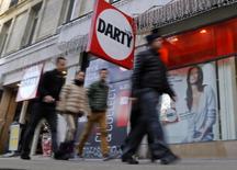 Darty, numéro trois de la distribution d'appareils électriques et d'électroménager en Europe, a annoncé que les ventes réalisées au cours de l'été lui avaient permis d'augmenter son chiffre d'affaires au cours du premier trimestre de son exercice fiscal en France, son principal marché. Les ventes de Darty France, qui représentent 70% du chiffre d'affaires du groupe, ont progressé de 1,1% à magasins comparables, après un recul de 0,7% au trimestre précédent. /Photo d'archives/REUTERS/Jacky Naegelen