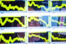 Les principales Bourses européennes ont ouvert en baisse jeudi, dans le sillage de Wall Street et après la publication de l'indicateur des prix à la production chinois tendant à confirmer le risque de déflation dans la deuxième puissance économique mondiale.  L'indice CAC 40 reculait de 0,9% vers 07h25 GMT, le Dax cédait 0,6% et le FTSE 0,9%. /Photo d'archives/REUTERS/Lucas Jackson