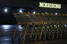 Morrisons, quatrième chaîne de supermarchés en Grande-Bretagne, a prévenu jeudi qu'il lui faudrait beaucoup de temps pour se redresser, l'ampleur du défi étant illustrée par le plongeon de 35% de son bénéfice semestriel, tombé à son plus bas niveau en neuf ans. Morrisons a dégagé un bénéfice imposable, hors coûts de restructuration, de 141 millions de livres sterling (193,12 millions d'euros) sur les six mois au 2 août, conforme aux prévisions. /Photo prise le 12 janvier 2015/REUTERS/Luke MacGregor