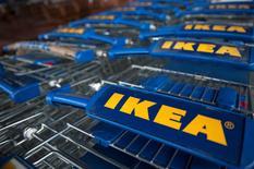 Ikea, le numéro un mondial de l'ameublement, a annoncé jeudi une hausse de 11% de son chiffre d'affaires pour l'ensemble de son exercice 2014-2015, à un record de 31,9 milliards d'euros. Le groupe suédois, dont le gros de l'activité est en Europe, a précisé dans un communiqué que ses ventes avaient augmenté sur presque tous ses marchés, Chine en tête, suivie par la Russie. /Photo prise le 28 janvier 2015/REUTERS/Neil Hall