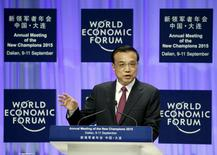 El primer ministro chino, Li Keqiang, da un discurso en la ceremonia de apertura del Foro Económico Mundial, en Dalian, China, 10 de septiembre de 2015. La economía de China se enfrenta a retos y presiones a la baja, pero no hay riesgo de un aterrizaje brusco ya que el Gobierno es plenamente capaz de apoyar el crecimiento, dijo el jueves el primer ministro chino, Li Keqiang. REUTERS/Jason Lee