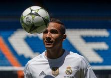 Danilo durante apresentação no estádio Santiago Bernabéu, em Madri.  09/07/2015    REUTERS/Andrea Comas