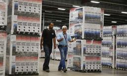 Unos trabajadores en una bodega de la compañía Element Electronic's en Winnsboro, mayo 29, 2014. Los inventarios mayoristas en Estados Unidos cayeron en julio por primera vez en casi dos años, en una señal tentativa de que las empresas comenzaban a reducir enormes existencias de mercancías que podrían pesar sobre la producción en la segunda mitad del año.  REUTERS/Chris Keane