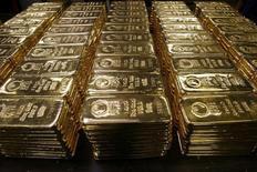 Слитки золота на заводе Argor-Heraeus SA в Швейцарии. 13 ноября 2008 года. Банк BNP Paribas SA в четверг снизил прогноз цены на золото на 2015 год, сославшись на силу доллара США и опасения по поводу китайской экономики. REUTERS/Arnd Wiegmann