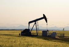 Una unidad de bombeo en un campo de petróleo cerca de Calgary, Alberta, 21 de julio de 2014. Las existencias de crudo de Estados Unidos subieron la semana pasada ante un descenso en las tasas de refinación y en las importaciones, mientras que los de gasolina y destilados también aumentaron, mostraron el jueves datos de la gubernamental Administración de Información de Energía. REUTERS/Todd Korol