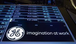 General Electric a annoncé jeudi la mise en vente de sa filiale de gestion d'actifs, poursuivant ainsi son recentrage sur ses activités industrielles. GE Asset Management avait 115 milliards de dollars (102 milliards d'euros) d'actifs sous gestion au 30 juin. /Photo prise le 20 juillet 2015/REUTERS/Brendan McDermid