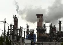 Le moral des industriels japonais s'est redressé sur la période juillet-septembre et ils ont même légèrement relevé leurs prévisions d'investissements. Ces résultats, qui figurent dans une étude gouvernementale publiée vendredi contrastent avec une série d'indicateurs économiques décevants publiés récemment. /Photo prise le 31 août 2015/REUTERS/Thomas Peter