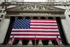 Флаг США на фасаде здания фондовой биржи в Нью-Йорке. 3 сентября 2015 года. Фондовые рынки США выросли в четверг за счет акций Apple и биотехнологических компаний. REUTERS/Lucas Jackson