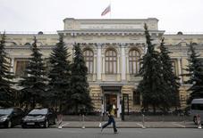 Un peatón corre junto al Banco Central de Rusia, en Moscú, 9 de julio de 2015. El banco central de Rusia mantuvo su principal tasa de interés estable el viernes, tal como se esperaba, situando por ahora la preocupación sobre una persistente inflación alta por delante de los temores sobre una desaceleración económica. REUTERS/Maxim Zmeyev
