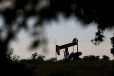 Станок-качалка в городе Сиско в Техасе 23 августа 2015 года.  Цены на нефть снижаются из-за ослабления спроса и ухудшения экономической статистики Китая, а сокращение буровой активности в США дает поддержку WTI. REUTERS/Mike Stone