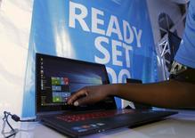 """Microsoft a lancé lundi les invitations pour une présentation le 6 octobre au cours de laquelle devraient être dévoilés de nouveaux produits tournant sur Windows 10, son nouveau système d'exploitation. Les observateurs attendent la présentation d'une nouvelle tablette Surface Pro 4, d'un """"tracker"""" Microsoft Band 2 et du dernier smartphone Lumia à cette occasion. /Photo prise le 29 juillet 2015/REUTERS/Thomas Mukoya"""