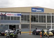 El exterior de una tienda PriceSmart, en Bogotá, 23 de octubre de 2014. La inversión extranjera neta en Colombia subió en agosto por primera vez en seis meses, impulsada por el ingreso de flujos destinados a carteras de portafolio y a sectores diferentes al petrolero, revelaron el lunes cifras preliminares del Banco Central.REUTERS/John Vizcaino