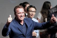 """En la imagen de archivo, Arnold Schwarzenegger asiste a una gira promocional de la película """"Terminator Genisys"""" en Shanghái. 19 de agosto de 2015.   Schwarzenegger será el nuevo presentador del programa de televisión de NBC """"The Celebrity Apprentice"""", dijo el lunes la cadena estadounidense, que reemplaza a Donald Trump quien dejó el programa para tratar de conseguir la candidatura del Partido Republicano a la presidencia. REUTERS/Aly Song"""