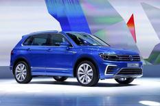 Le nouveau Tiguan GTE  de Volkswagen présenté à Francfort. VW et plusieurs autres grands constructeurs automobiles ont commencé à réduire leur production mais aussi les salaires et d'autres coûts en Chine. /Photo prise le 15 septembre 2015/REUTERS/Ralph Orlowski